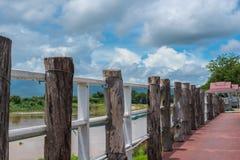 Aménagez en parc avec le ciel bleu, montagne, le pont Photographie stock libre de droits