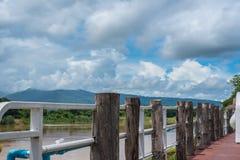 Aménagez en parc avec le ciel bleu, montagne, le pont Images libres de droits