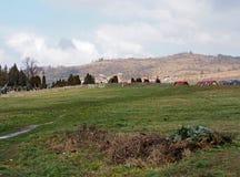 Aménagez en parc avec le cimetière et les montagnes, Jelenia Gora, Pologne Photographie stock libre de droits