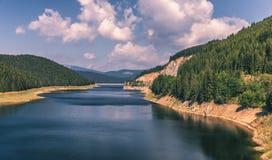 Aménagez en parc avec le lac Oasa dans le Roumain Carpathiens, Transalpina images libres de droits