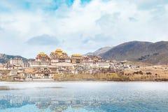 Aménagez en parc avec le monastère et le lac tibétains dans la porcelaine jpg Photographie stock libre de droits
