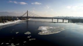 Aménagez en parc avec le pont de Moscou de suspension à travers la rivière de Dnieper, Obolon, Kiev, Ukraine Image stock
