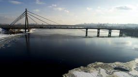 Aménagez en parc avec le pont de Moscou de suspension à travers la rivière de Dnieper, Obolon, Kiev, Ukraine Photographie stock