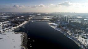 Aménagez en parc avec le pont de Moscou de suspension à travers la rivière de Dnieper, Obolon, Kiev, Ukraine Image libre de droits
