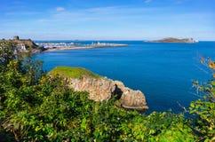 Aménagez en parc avec le port de Howth près de Dublin, Irland photographie stock libre de droits