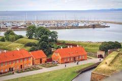 Aménagez en parc avec le port maritime, vue de Kronborg, Danemark photos stock
