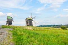 Aménagez en parc avec le vieux moulin à vent rural dans la campagne Photo stock
