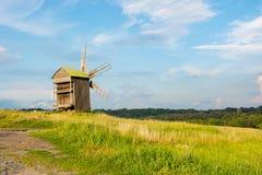 Aménagez en parc avec le vieux moulin à vent rural dans la campagne Image stock
