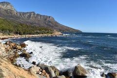 Aménagez en parc avec les 12 apôtres célèbres de la baie de Hout à Cape Town, Afrique du Sud Images stock