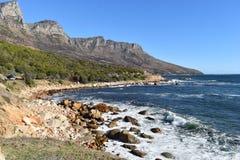 Aménagez en parc avec les 12 apôtres célèbres de la baie de Hout à Cape Town, Afrique du Sud Images libres de droits