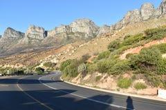 Aménagez en parc avec les 12 apôtres célèbres de la baie de Hout à Cape Town, Afrique du Sud Photos stock