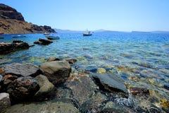 Aménagez en parc avec les bateaux de pêche et la belle mer d'Agean Photos libres de droits