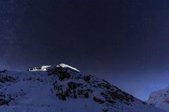Aménagez en parc avec les montagnes et le ciel bleu dans la nuit d'hiver Images libres de droits
