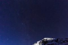 Aménagez en parc avec les montagnes et le ciel bleu dans la nuit d'hiver photos libres de droits
