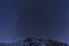 Aménagez en parc avec les montagnes et le ciel bleu dans la nuit d'hiver Photographie stock libre de droits