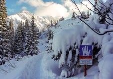 Aménagez en parc avec un avertissement de signe du danger des avalanches Tatry photographie stock libre de droits
