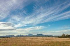 Aménagez en parc d'un pré et des volcans d'automne en Hongrie Photographie stock libre de droits