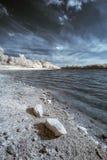 Aménagez en parc dans l'infrarouge du lac dans la campagne anglaise en été Images stock