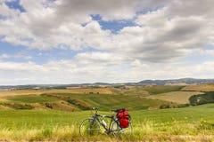 Aménagez en parc dans le d'Orcia de Val (Toscane) avec la bicyclette photographie stock libre de droits
