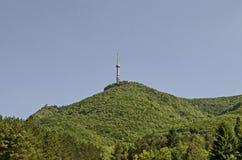 Aménagez en parc de la part de la montagne de Vitosha avec la tour de télévision sur une colline, près de Sofia Image stock
