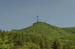 Aménagez en parc de la part de la montagne de Vitosha avec la tour de télévision sur une colline, près de Sofia Photographie stock