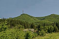 Aménagez en parc de la part de la montagne de Vitosha avec la tour de télévision sur une colline, près de Sofia Images stock