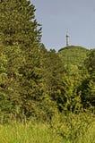 Aménagez en parc de la part de la montagne de Vitosha avec la tour de télévision sur une colline, près de Sofia Photo libre de droits