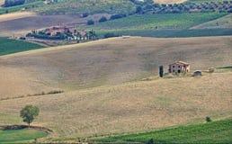 Aménagez en parc en Toscane avec la villa et les cipress de luxe photos libres de droits