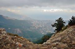 Aménagez en parc, panorama de Yalta de plateau d'AiPetri de montagne en hiver, Crimée Image libre de droits