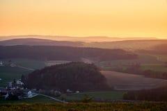 Aménagez en parc pendant l'heure d'or avec des collines et des montagnes légèrement modifiées la tonalité - Bayreuth, Allemagne images stock