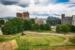 Aménagez en parc sur la forteresse de forme de Hall Radhuset de ville à Oslo, Norvège Image stock