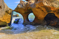 Aménagez en parc sur le rivage rocheux avec la belle formation de roche Photos libres de droits