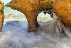 Aménagez en parc sur le rivage rocheux avec la belle formation de roche Image libre de droits