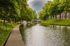 Aménagez en parc sur un canal dans la ville d'Utrecht netherlands images libres de droits