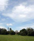 Aménagez l'image en parc à la montagne, avec un ciel bleu et des nuages blancs Photos stock