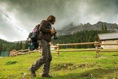 Aménagez l'Italie en parc, dolomites - photographe d'hommes trimardant à la maison d'abri photographie stock libre de droits