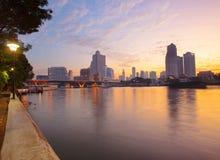 Aménagez la belle lumière en parc de matin du croisement de la vie de ville de Bangkok images libres de droits