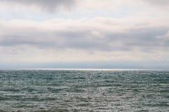 Aménagez la mer et le ciel en parc un jour nuageux photo stock
