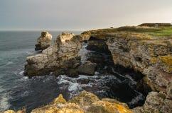 Aménagez la mer et les roches en parc, la voûte - formation de roche près de Tyulenovo Photos libres de droits
