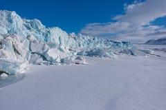 Aménagez la nature en parc de la montagne de glacier du jour polaire de soleil d'hiver arctique du Spitzberg Longyearbyen le Sval image stock