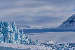 Aménagez la nature en parc de la montagne de glacier du jour polaire de soleil d'hiver arctique du Spitzberg Longyearbyen le Sval images stock