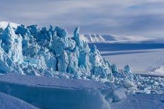 Aménagez la nature en parc de la montagne de glacier du jour polaire de soleil d'hiver arctique du Spitzberg Longyearbyen le Sval photo libre de droits