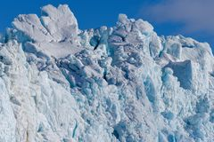 Aménagez la nature en parc de la montagne de glacier du jour polaire de soleil d'hiver arctique du Spitzberg Longyearbyen le Sval image libre de droits