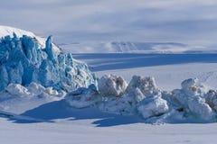 Aménagez la nature en parc de la montagne de glacier du jour polaire de soleil d'hiver arctique du Spitzberg Longyearbyen le Sval photo stock