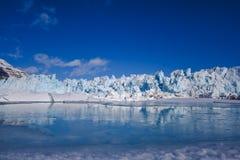 Aménagez la nature en parc de la montagne de glacier du jour polaire de soleil d'hiver arctique du Spitzberg Longyearbyen le Sval photos stock