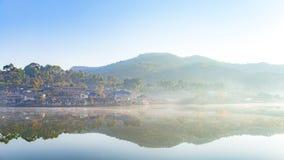 Aménagez la photo en parc du matin avec le brouillard blanc au-dessus du lac au village thaïlandais de Rak d'interdiction photographie stock libre de droits