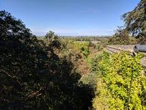 Aménagez la vue en parc au-dessus des remparts du château de fenêtre photographie stock