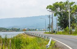 Aménagez la vue en parc au réservoir de San Kamphaeng d'interdiction et à la route sinueuse de enroulement Photo libre de droits