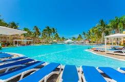 Aménagez la vue en parc avec les au sol d'hôtel, le jardin tropical et les diverses piscines Images libres de droits
