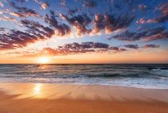 Aménagez la vue en parc d'une plage de l'Océan Atlantique martelé par la vague d Image stock